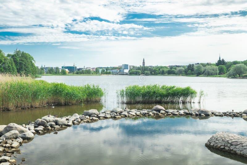 Helsínquia, Finlandia - 12 de junho de 2019: A baía de Toolo no parque da cidade no congresso de Helsínquia, de Finlandia Salão e foto de stock royalty free