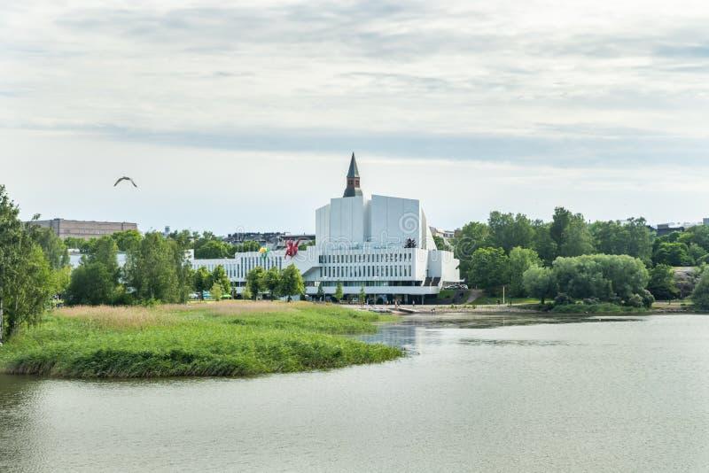 Helsínquia, Finlandia - 12 de junho de 2019: A baía de Toolo no parque da cidade no congresso de Helsínquia, de Finlandia Salão e fotografia de stock royalty free