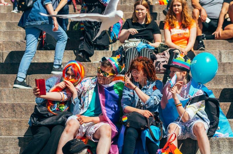 Helsínquia, Finlandia - 30 de junho de 2018: Jovens que tomam o selfie em escadas da catedral no festival do orgulho de Helsínqui imagem de stock royalty free
