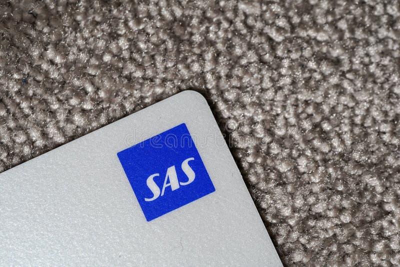 Helsínquia, Finlandia - 25 de março de 2019: Tiro ascendente próximo do cartão do bônus do SAS e especialmente do logotipo imagem de stock royalty free