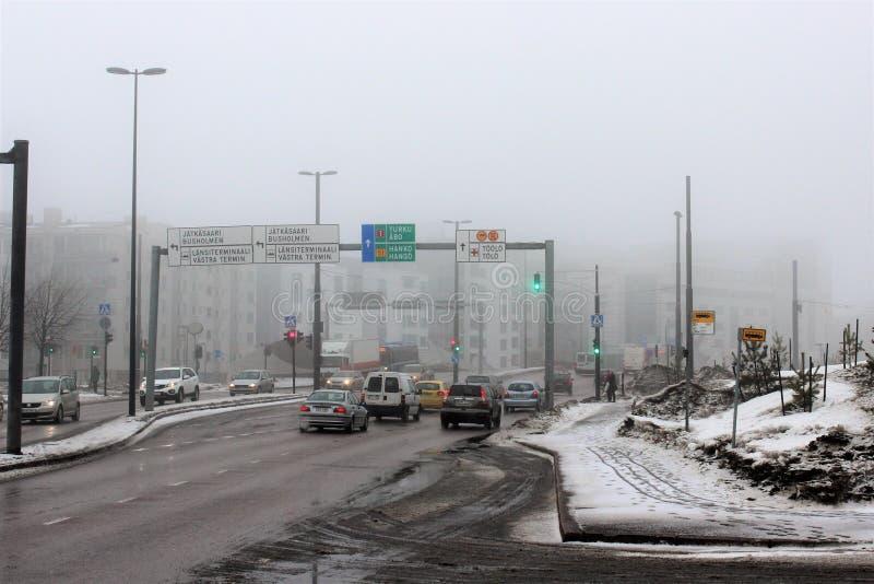 Helsínquia, Finlandia, em março de 2012 Vista da rua com trânsito intenso perto do porto fotografia de stock