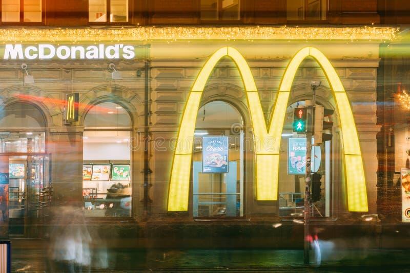 Helsínquia, Finlandia Logo Of Mcdonalds Restaurant Cafe grande em velho fotografia de stock royalty free