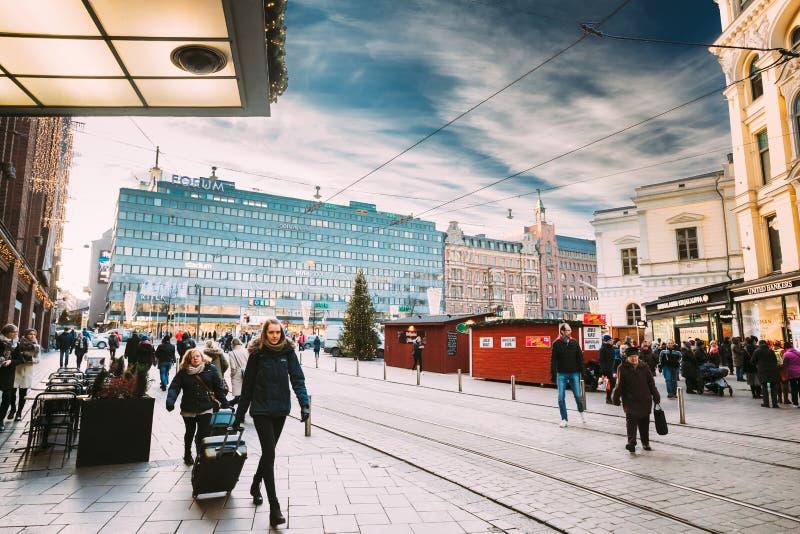 Helsínquia, Finlandia Mulheres que levam malas de viagem perto do armazém de Stockmann fotos de stock