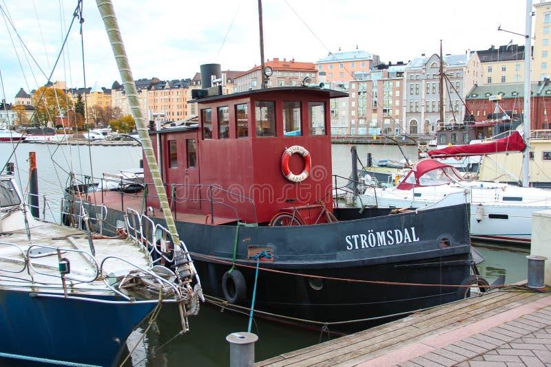 Helsínquia, Finlandia - navio pequeno 29 de outubro de 2015, do vintage com uma tubulação de vapor e uma cabine vermelha com a bi fotos de stock