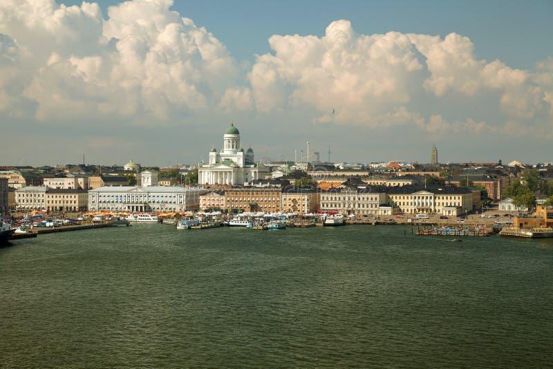 Helsínquia, Finlandia - vista da balsa no porto, no mercado de Hietalahti e na catedral de Helsínquia imagens de stock royalty free