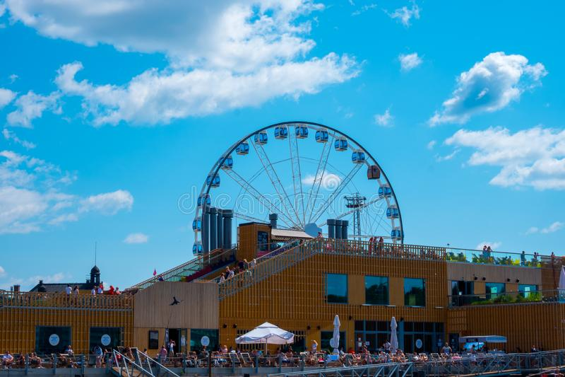 Helsínquia/Finlandia 07 20 2019: vista da roda de Ferris e da catedral em Helsínquia Finlandia imagens de stock royalty free