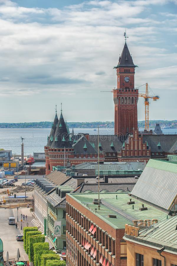 Helsinborg,瑞典- 2018年5月:市中心和赫尔辛堡港的看法在瑞典 船在口岸被停泊  免版税库存图片