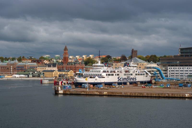 Helsingbog, Швеция - 9-ое октября 2016: взгляд города и порта на пароме, который нужно плавать к Дании стоковое изображение rf