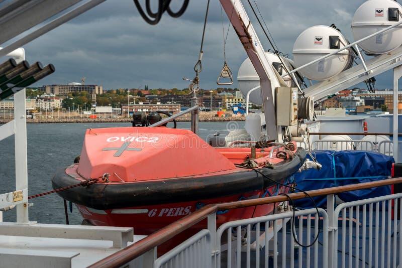 Helsingbog, Швеция - 9-ое октября 2016: Спасательные лодки и спасательные плоты на пароме стоковое изображение