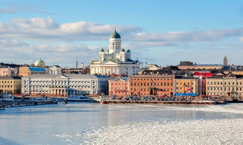 Helsingfors cityscape med den Helsingfors domkyrkan i vinter, Finland arkivfoton