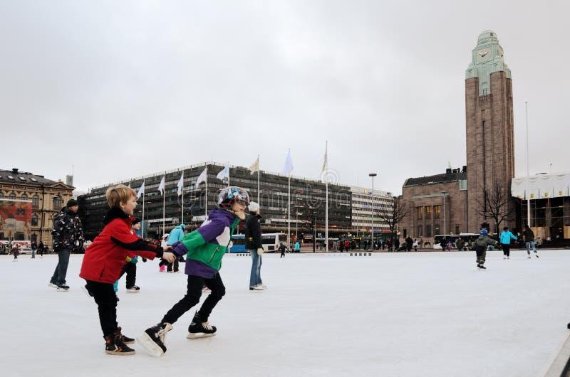 HELSINGFORS FINLAND � NOVEMBER 25: åka skridskor isbanan i centret royaltyfria bilder