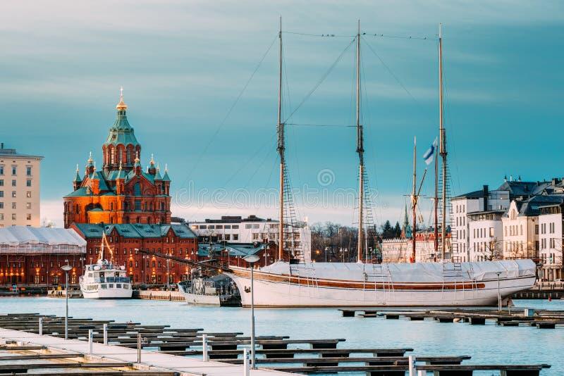 Helsingfors Finland Aftonsikt av den Uspenski domkyrkan från pir fotografering för bildbyråer