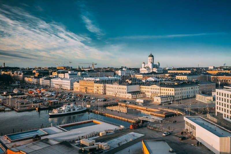 Helsingfors Finland Bästa sikt av marknadsfyrkanten, gata med presidentpalatset royaltyfri bild