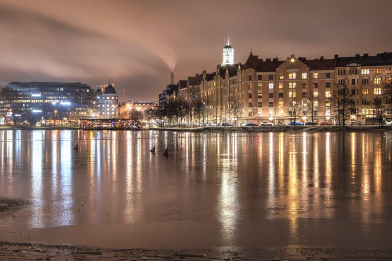 Helsingfors Finland, Januari 26, 2018: Sjö 'Töölönlahti ', nattsikt av Helsingfors royaltyfria bilder