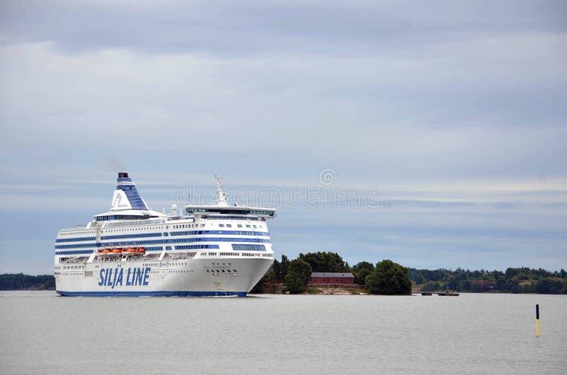 HELSINGFORS/FINLAND - Juli 27, 2013: Den Silja Line skytteln kryssar omkring arroundön nära porten av Helsingfors royaltyfri bild