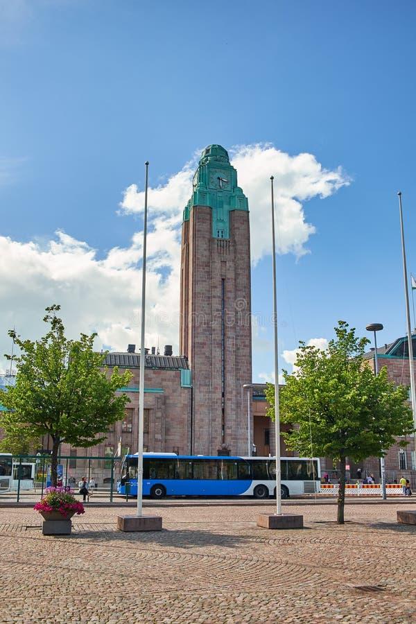 HELSINGFORS FINLAND - JULI 17, 2015: Scenisk sommarpanorama av järnvägsstationfyrkanten i Helsingfors fotografering för bildbyråer