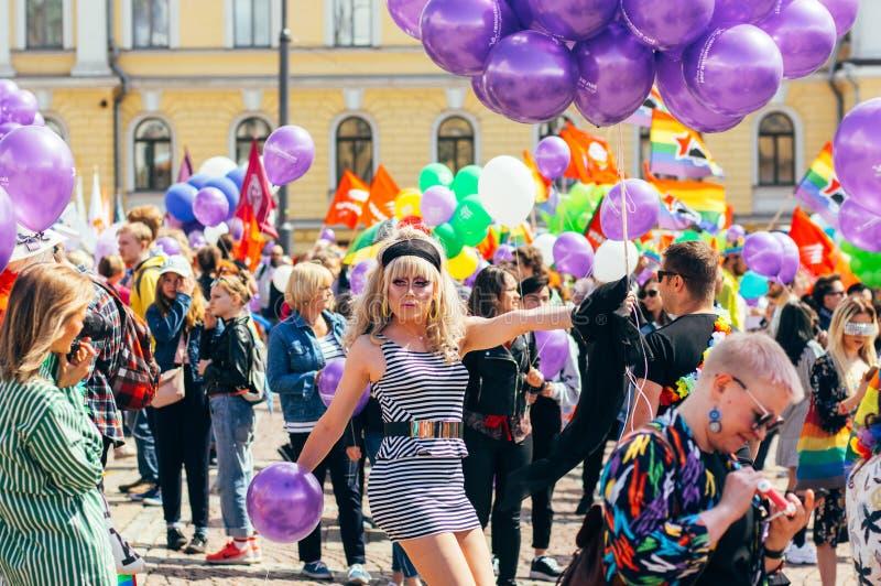 Helsingfors Finland - Juni 30, 2018: Deltagare med ballonger från Helsingfors stolthetfestival på senatfyrkant royaltyfri bild