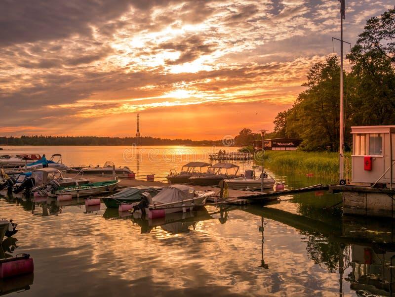 Helsingfors Finland Juni 11, 2019: Solnedgång på en hamn med små skepp i Helsingfors royaltyfri fotografi