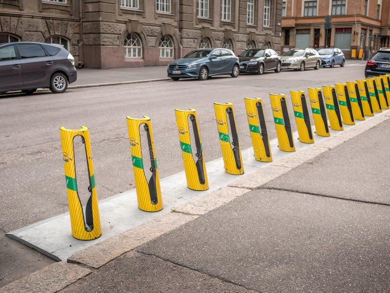 Helsingfors Finland Juni 11, 2019: Yelow stadscyklar som ska hyras arkivbild