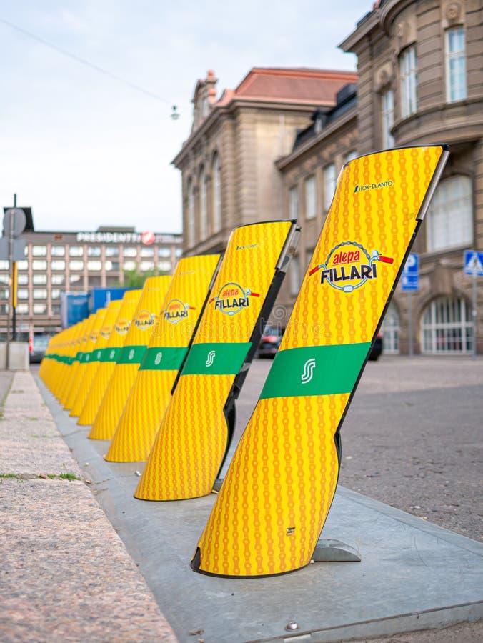Helsingfors Finland Juni 11, 2019: Yelow stadscyklar som ska hyras royaltyfria bilder