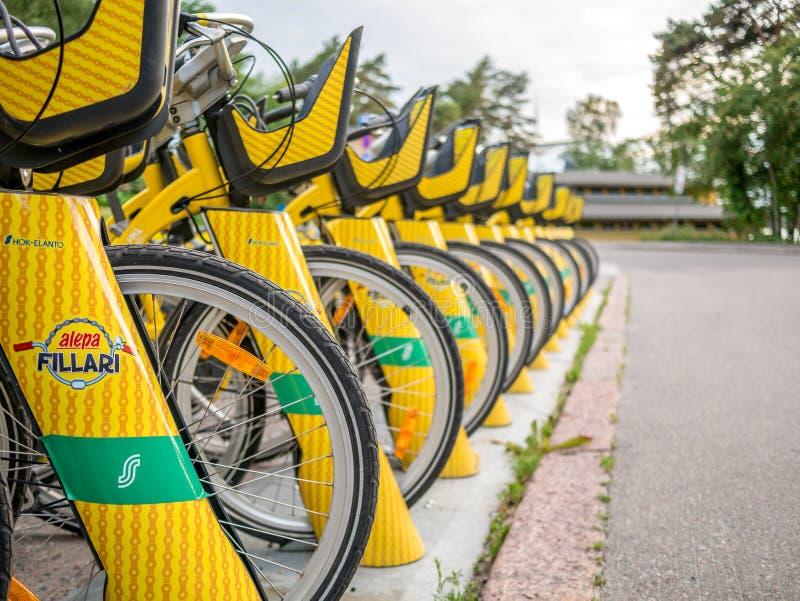 Helsingfors Finland Juni 11, 2019: Yelow stadscyklar som ska hyras royaltyfri bild