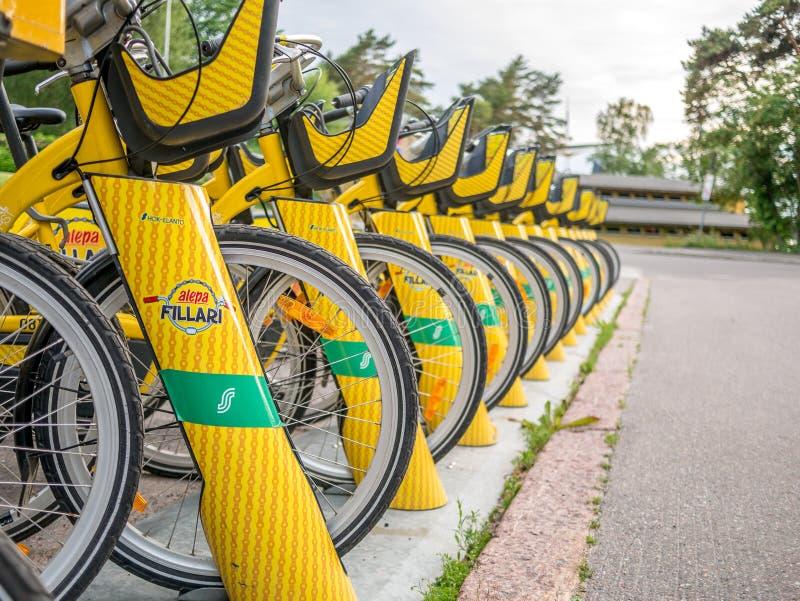 Helsingfors Finland Juni 11, 2019: Yelow stadscyklar som ska hyras arkivfoton