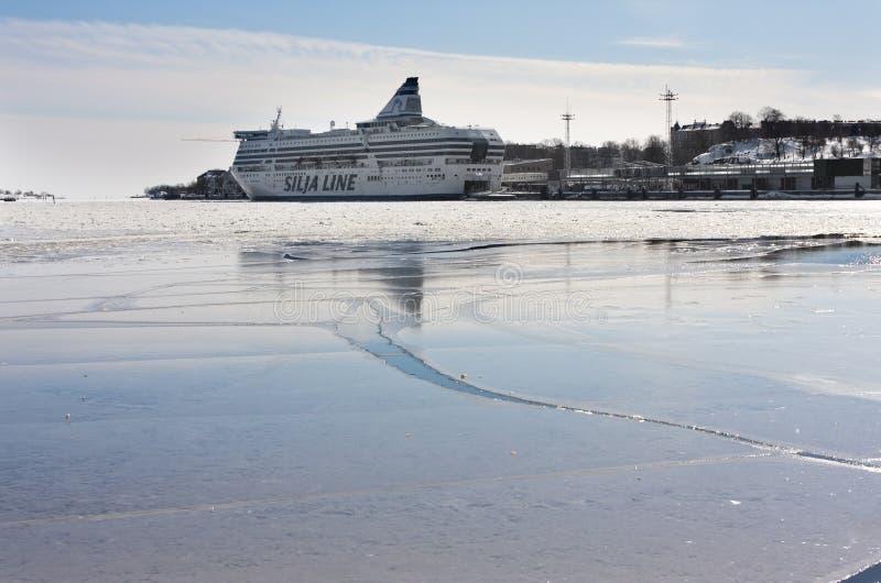 HELSINGFORS FINLAND - MARS 17, 2013: den Silja linjen färja i port på golfen som täckas med is royaltyfria foton