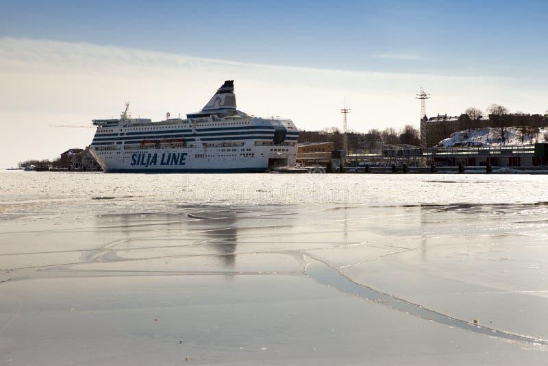 HELSINGFORS FINLAND - MARS 17, 2013: den Silja linjen färja i port Helsingfors i vinter arkivfoton