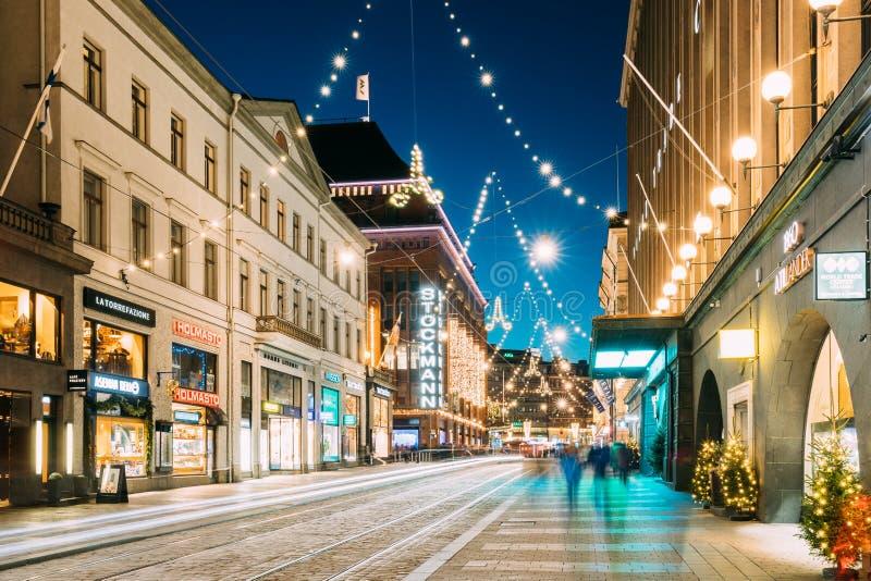 Helsingfors Finland Nattsikt av den Aleksanterinkatu gatan med järnväg i det Kluuvi området i ny aftonjulXmas fotografering för bildbyråer