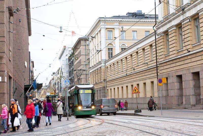 Helsingfors Finland - 17 November 2016: spårvagn på stadsgatan arkivbilder