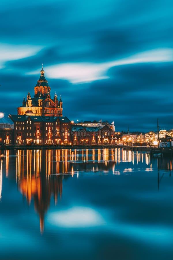 Helsingfors Finland Sikt av den Kanavaranta gatan med den Uspenski domkyrkan i aftonnattbelysningar royaltyfri fotografi