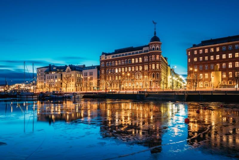 Helsingfors Finland Sikt av den Pohjoisranta gatan i afton eller natt arkivfoto