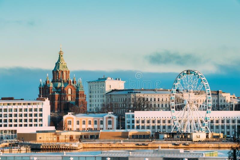 Helsingfors Finland Sikt av den Uspenski domkyrkan på kullen och Ferris royaltyfri fotografi