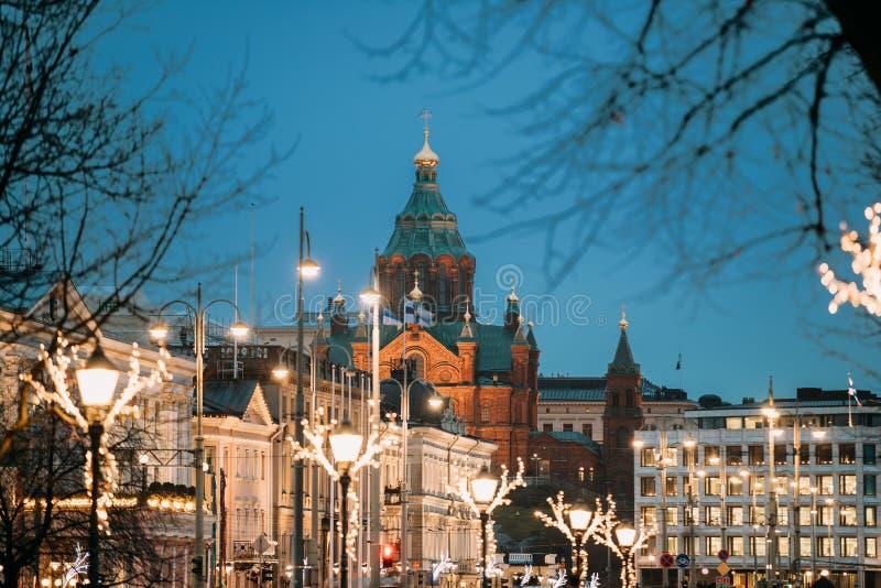 Helsingfors Finland Uspenski domkyrka på kullen i afton eller natt arkivbild