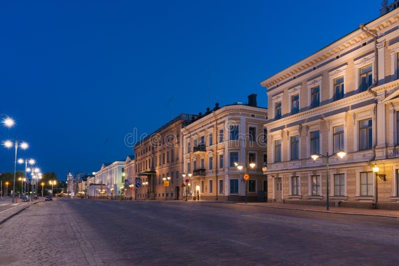 Helsingfors gatasikt på natten royaltyfria foton