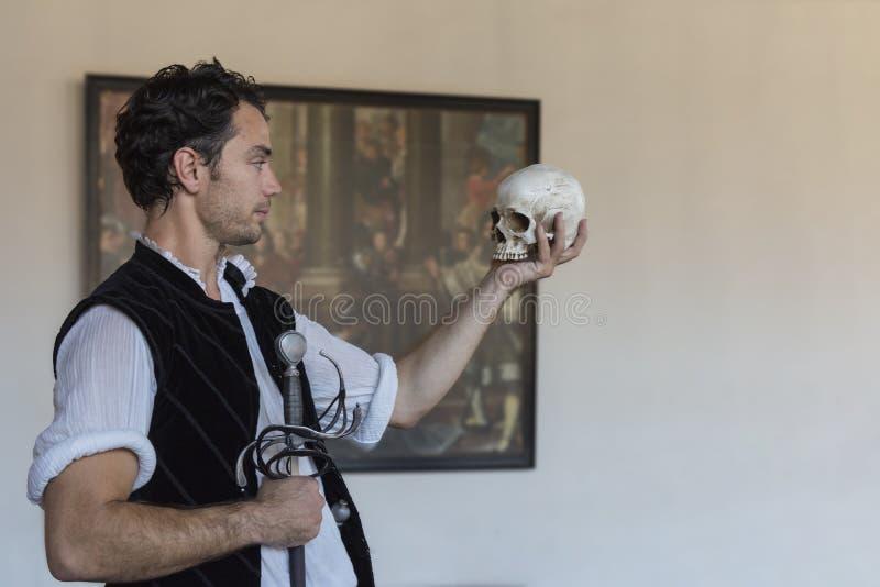 Helsingr, Denemarken - Juli 9 2018: Live Hamlet-prestaties bij Kornborg-Kasteel, het plaatsen voor het Gehucht van Shakespeare en stock afbeeldingen