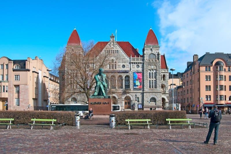 helsinki Финляндия Люди около статуи Aleksis Kivi стоковое изображение