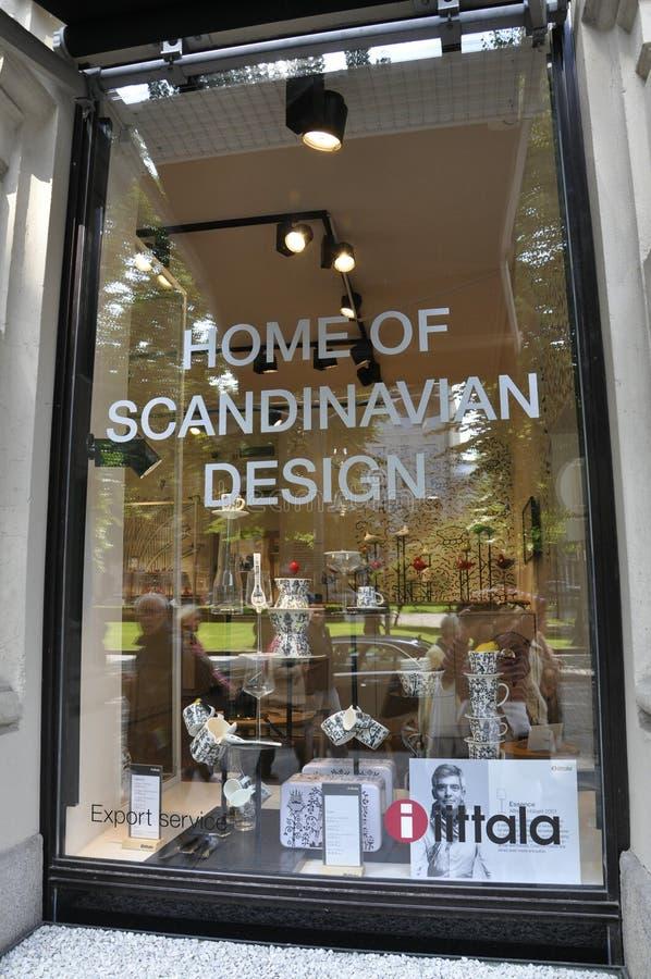 Helsinki, el 23 de agosto de 2014 - forme la ventana de la tienda de Helsinki en Finlandia fotografía de archivo libre de regalías