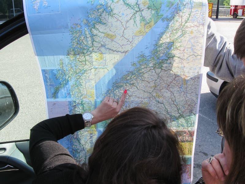 Helsinki, Finland - 11 06 2012: de toeristen bekijken de kaart en maken omhoog de route royalty-vrije stock foto