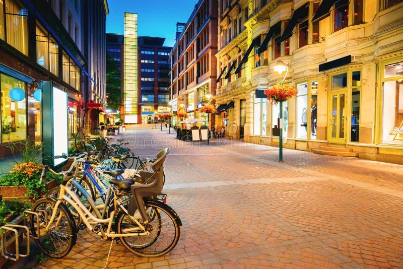 Helsinki, Finland Fietsen dichtbij Storefronts in Kluuvikatu-Straat worden geparkeerd die royalty-vrije stock afbeelding