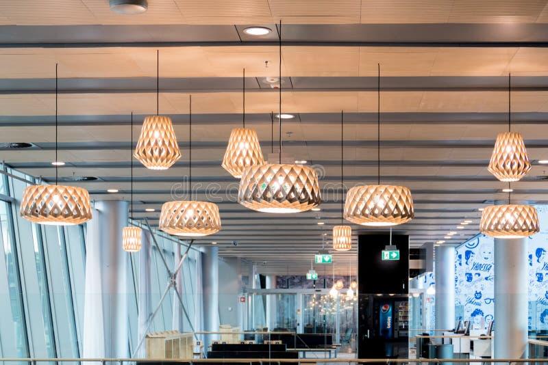 Helsinki, Finland - Januari 15, 2018: De mooie houten geometrische moderne binnenlandse eigentijdse decoratie van de plafondlamp royalty-vrije stock fotografie