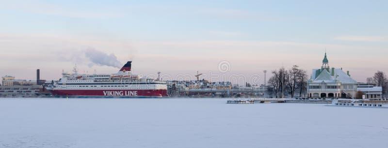HELSINKI, FINLAND - Januari 08, 2015: Viking Line-het schip die van de passagierscruise de haven van Helsinki in de winter vertre royalty-vrije stock afbeeldingen