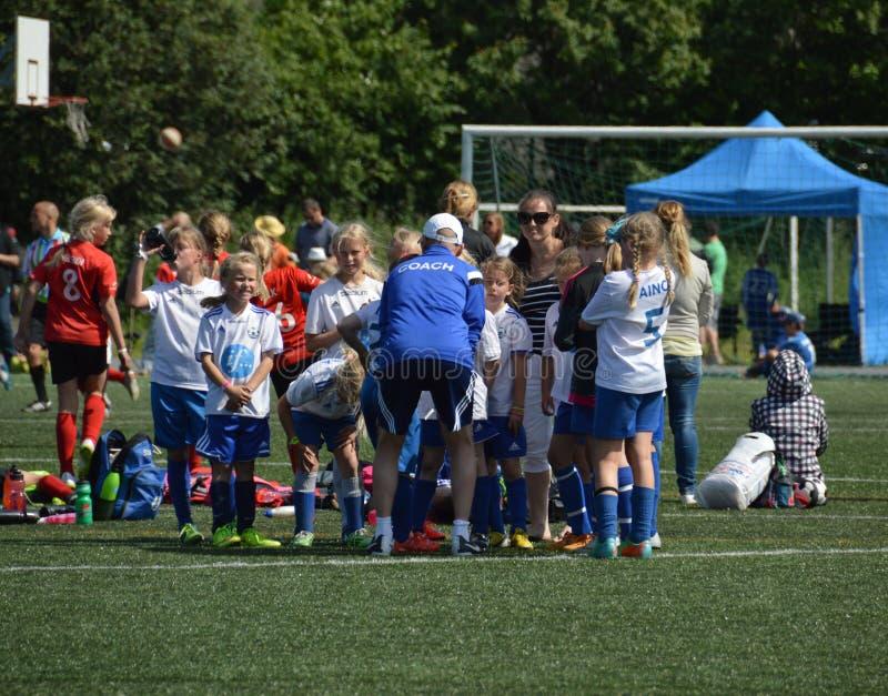 Helsinki, Finland - Juli 6, 2015 - Niet geïdentificeerd team van vrouwelijke voetballers in de Koptoernooien van Helsinki stock foto