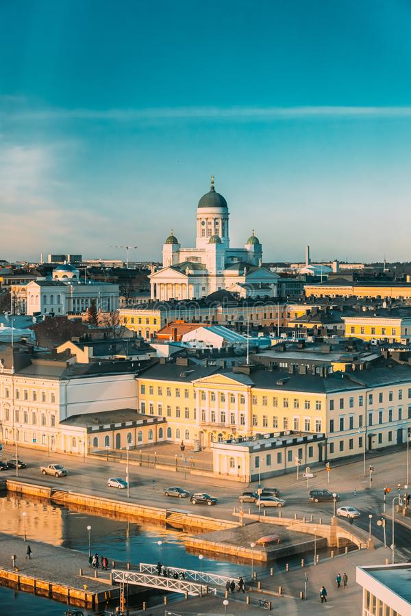 Helsinki, Finland Luchtaanzicht straat met presidentieel paleis en kathedraal van Helsinki op Winterdag stock afbeelding