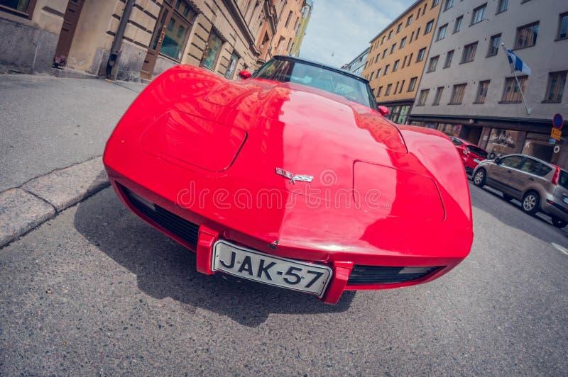 Helsinki, Finland - Mei 16, 2016: Het oude Korvet van auto rode Chevrolet de lens van het vervormingsperspectief fisheye royalty-vrije stock foto