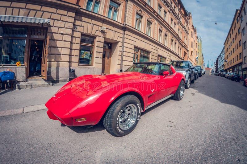 Helsinki, Finland - Mei 16, 2016: Het oude Korvet van auto rode Chevrolet de lens van het vervormingsperspectief fisheye stock foto