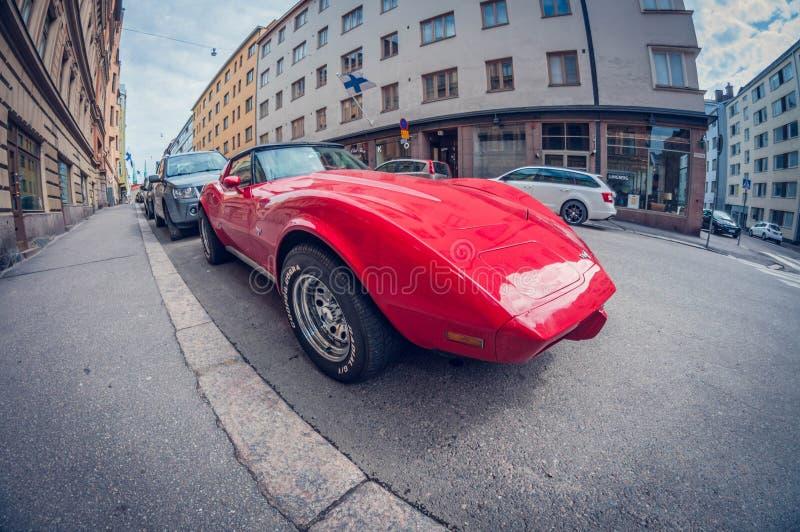 Helsinki, Finland - Mei 16, 2016: Het oude Korvet van auto rode Chevrolet de lens van het vervormingsperspectief fisheye stock afbeelding