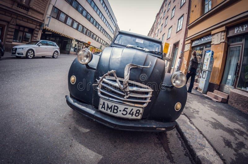 Helsinki, Finland - Mei 16, 2016: Oude auto zwart Citroën 2CV de lens van het vervormingsperspectief fisheye stock afbeelding