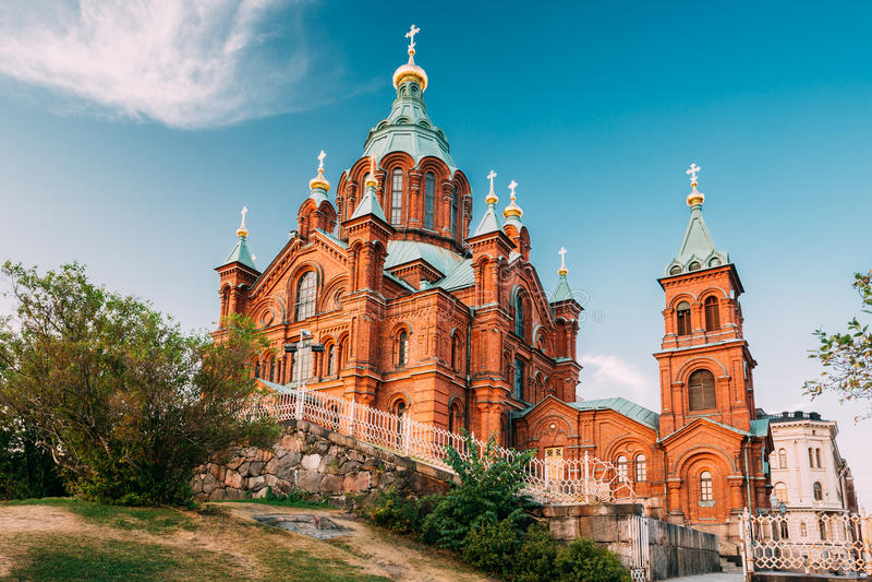 Helsinki, Finland Uspenski Orthodoxe Kathedraal op Helling op Katajanokka-Schiereiland die Stad overzien royalty-vrije stock foto's