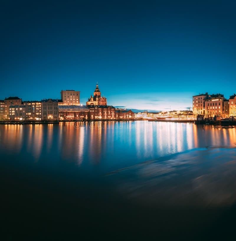 Helsinki, Finland Weergeven van Dijk met Uspenski-binnen Kathedraal stock foto's